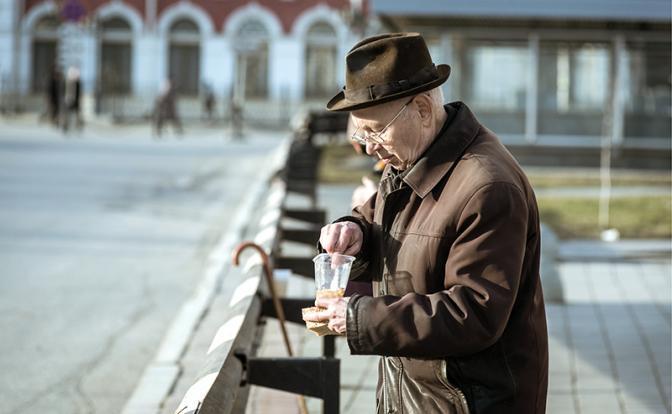 Во время раздачи еды бездомным и малоимущим людям в Екатеринбурге (Фото: Антон Буценко/ТАСС)