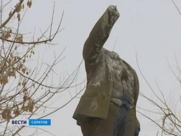Побитый памятник как символ «одухотворенности» энгельсских властей