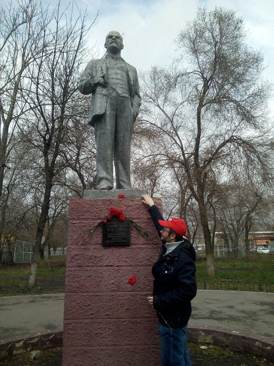 Цветы к памятнику вождю мирового пролетариата В.И. Ленину