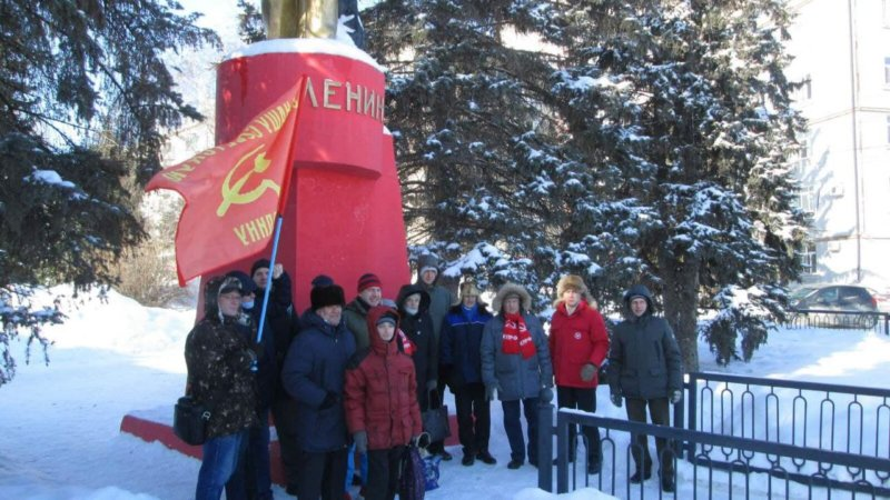Коммунисты Ленинского РК КПРФ возложили цветы к памятнику В.И. Ленину