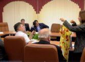 Единороссы ловят хайп: Юлия Литневская подарила коммунисту Бондаренко… собственное платье.