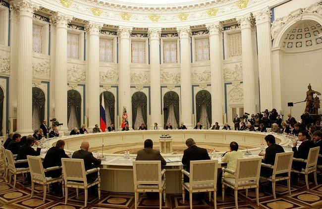 Путин пообещал Совету по правам человека (СПЧ) исправить два резонансных документа последнего созыва Думы — принятый в двух чтениях правительственный законопроект о реформе РАН и вступивший в силу закон об НКО — «иностранных агентах»