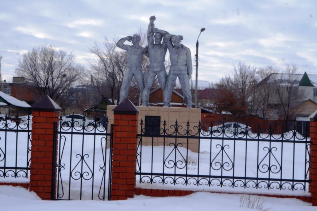 Ершов. Церковная власть нашего города хочет снести памятник борцам за советскую власть, который находится за церковной оградой